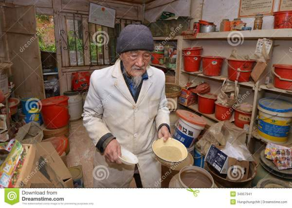 World Famous Herbal Doctor Ho Preparing Traditional Herbal ...