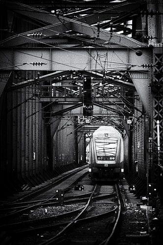 Trein op een stalen spoorbrug