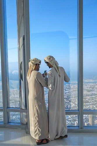 Twee Arabische mannen in de Burj Khalifa in Dubai...