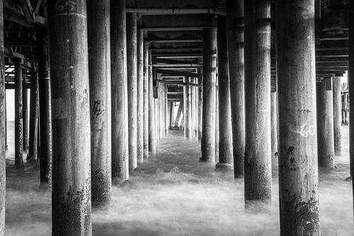 Pilaren in de zee onder de Santa Monica Pier Californië Verenigde staten