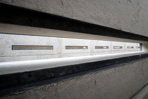 rechthoekige sleuf in een betonnen wand.