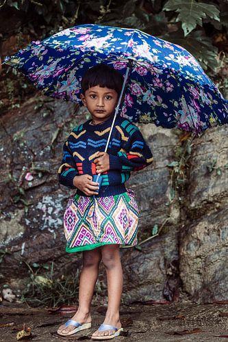 Kleurrijk meisje met paraplu.