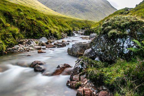 De rivier Etive in een dal bij Glencoe in Schotland