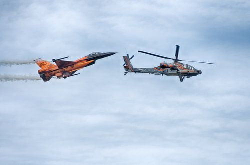 Apache helicopter en F16 straaljager