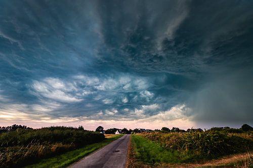 Spectaculaire onweerswolken trekken over een klein bretons dorpje