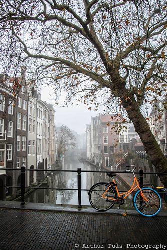 Een mistige ochtend bij de Gaardbrug over de Oudegracht in Utrecht