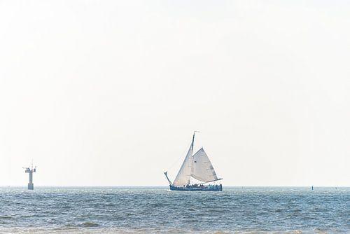 Zeilboot op zee bij markering