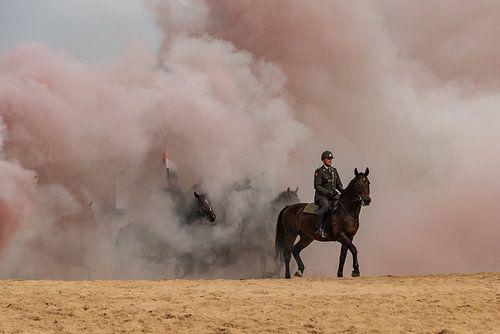 Paarden door de rook, op het schevingse strand