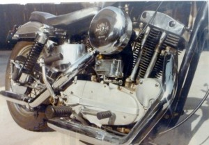 Note the chrome magneto body, swingarm and horseshoe oil tank. How about that spiffy kickstarter and (of course) the most important detail… the rocker boxes? No notches in the original 900 boxes (which came in with the 1000cc/61 c.i. Sportsters) and much better looking!