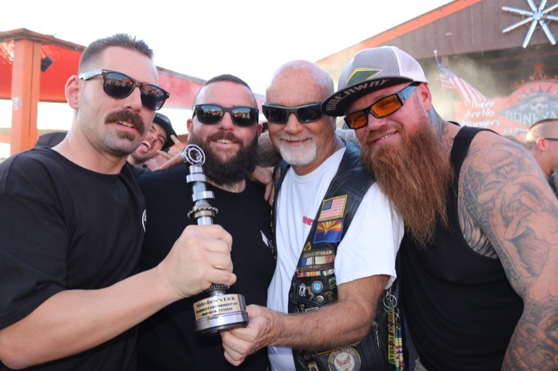 Rick Nolan (l.) from Gentleman's Cycles accepts the Sideshow's Pick award for his 1958 Panhead build