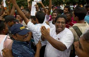 Supporters-of-government-celebrating-the-impeachement-of-Justice-Shirani-Bandaranayake