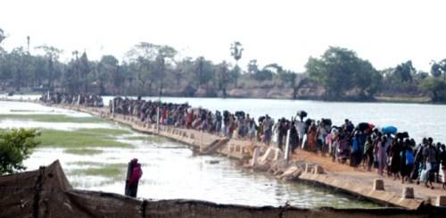28-IDPs at Vadduvakkal-whit flag