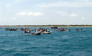 In this photograph released by the Sri Lankan military April 20, 2009 shows what the army says are thousands of people fleeing an area by boats from a beach controlled by the Tamil Tiger separatists in northeastern Sri Lanka. REUTERS/Sri Lankan Government/Handout