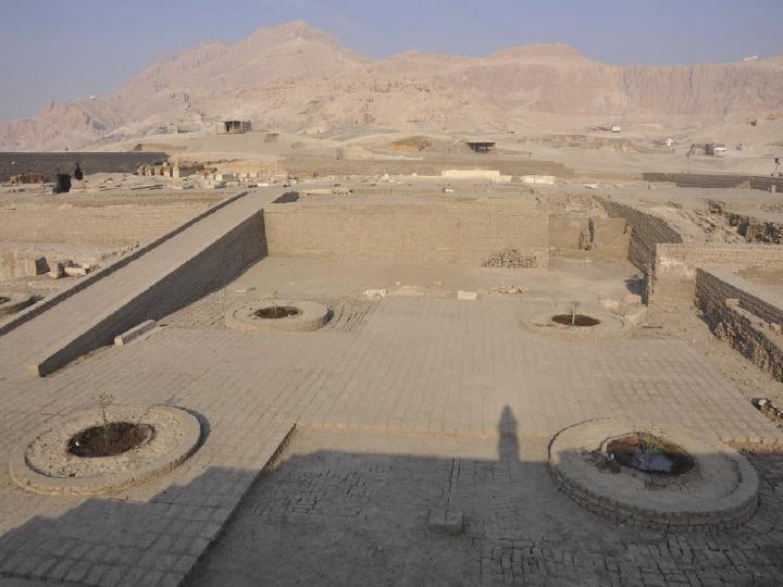 Excavación Templo Thutmosis III Segundo Patio dirigido por Miriam Seco Alvarez