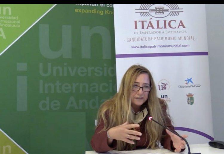 Myriam Seco en un momento de la Conferencia para Itálica Patrimonio Mundial en la UNIA