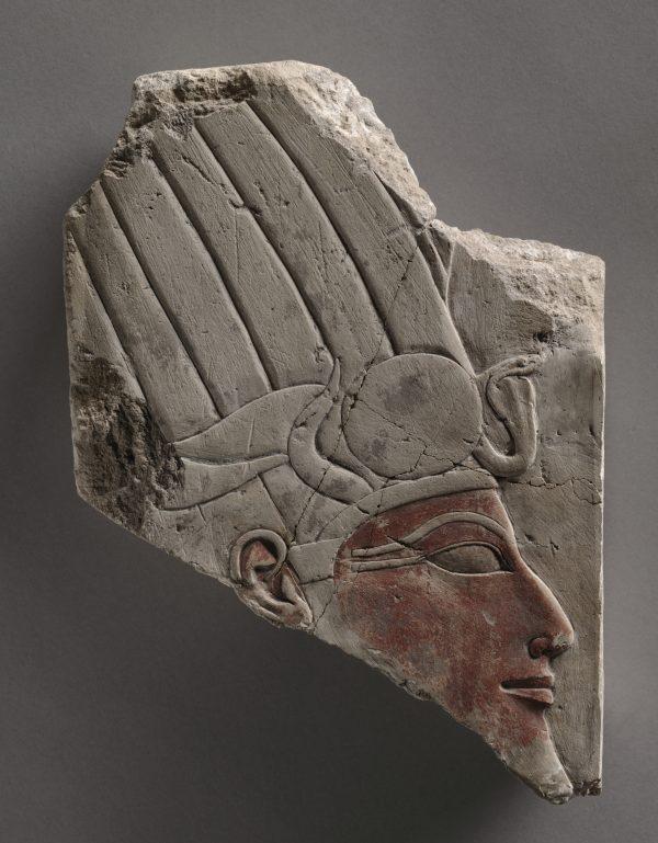 Relieve de Hatshepsut o Tutmosis III, 1479-1425 BC. Tebas, Deir el-Bahari, Egipto. Nuevo Reino, dinastía 18, reinado de Hatshepsut / Tutmosis III, 1479-1425 a. C. Piedra caliza pintada; total: 22,8 x 16,6 x 3,8 cm (9 x 6 9/16 x 1 1/2 pulg.). Museo de Arte de Cleveland, donación de John Huntington Art and Polytechnic Trust (1920.1995)