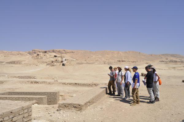 Myriam Seco, explica el yacimiento al Equipo 2020 a la llegada al templo de Tutmosis III