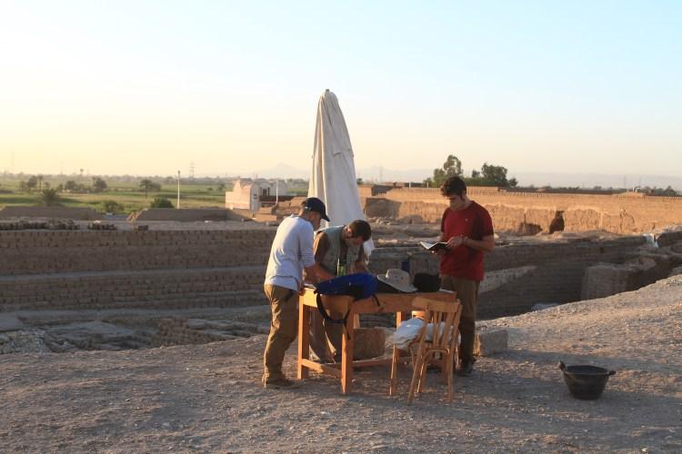 Juan Antonio Hernández con los arqueólogos Antonio Luis Martínez y Jose Luis Ramos en la pasada 13ª campaña en el yacimiento de Tutmosis III