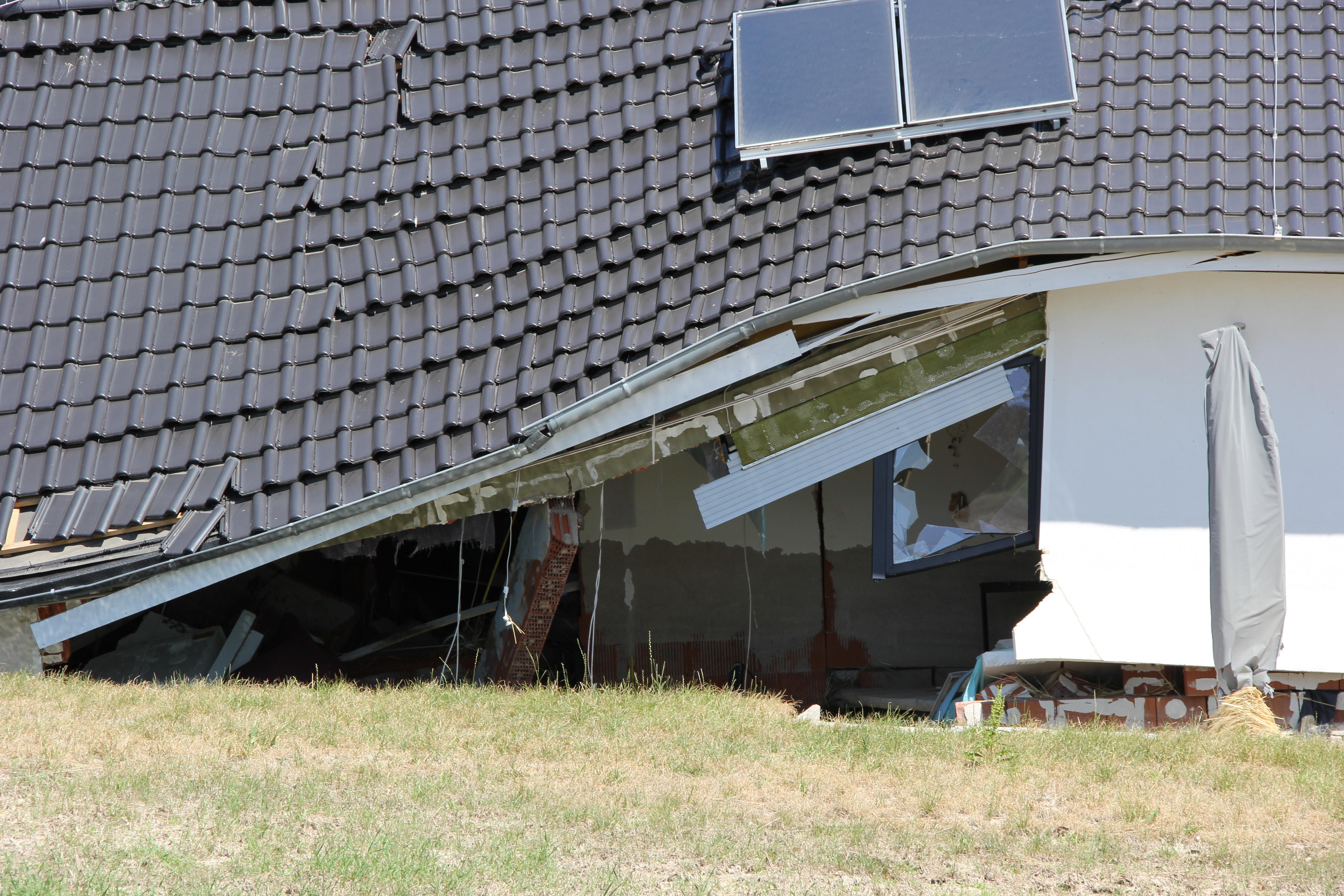 Eingestürztes Dach des zerstörten Hauses in Fischbeck