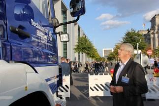 Der neue GKW vor dem Paul-Löbe-Haus des Deutschen Bundestages