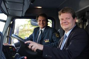 Sven Volmering, MdB, lässt sich von Armin Großek aus dem Ortsverband Jülich das neue Fahrzeug erklären