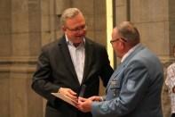 Innensenator Henkel verleiht das Katastrophenschutz-Ehrenzeichen an Joachim Bonack. Foto: THW/Sascha Barnewske
