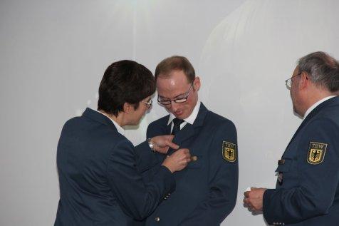 Michael Marx erhält das Helferzeichen in Gold. Bild:THW/Paul Jerchel