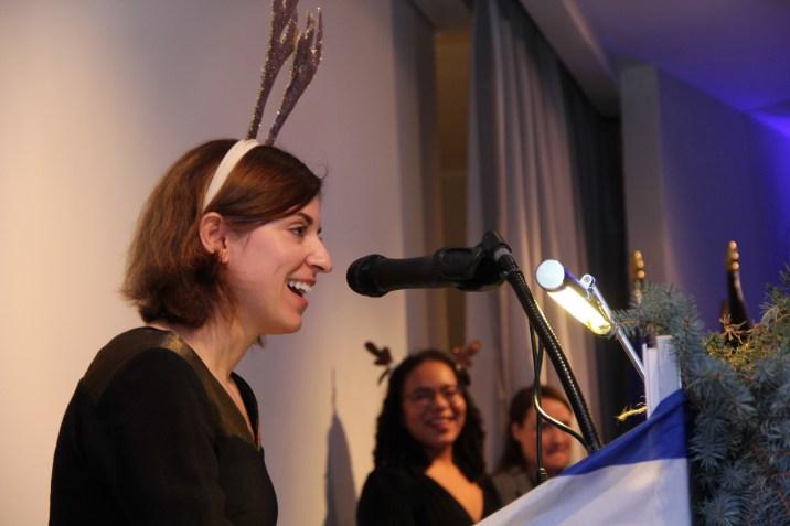 Carolin Röder trägt die Weihnachtsgeschichte vor