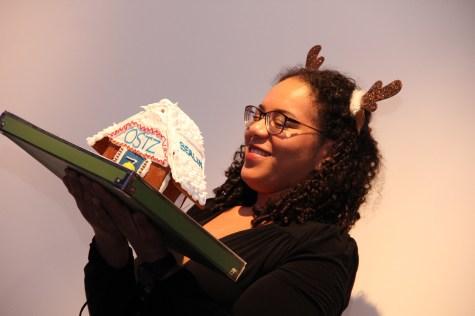 Cynthia präsentiert den Lebkuchen-Ortsverband