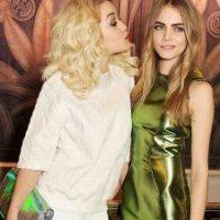 Em entrevista a jornal britânico, Rita Ora assume namoro com a modelo Cara Delevingne