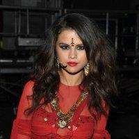 Líderes hindus criticam Selena Gomez por uso de acessório religioso em performance