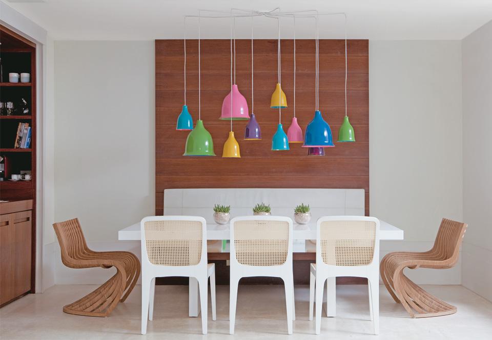 Linda mesa com lindas cadeiras para sua sala de jantar