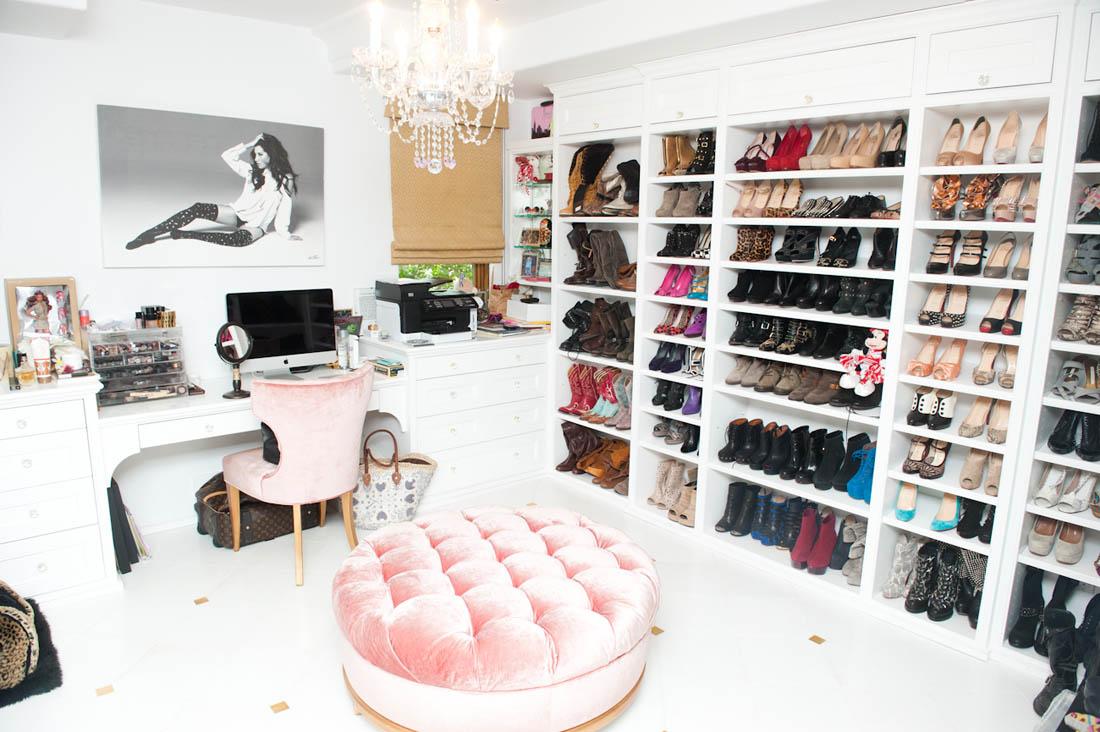 Closet com muito espaço para sapatos