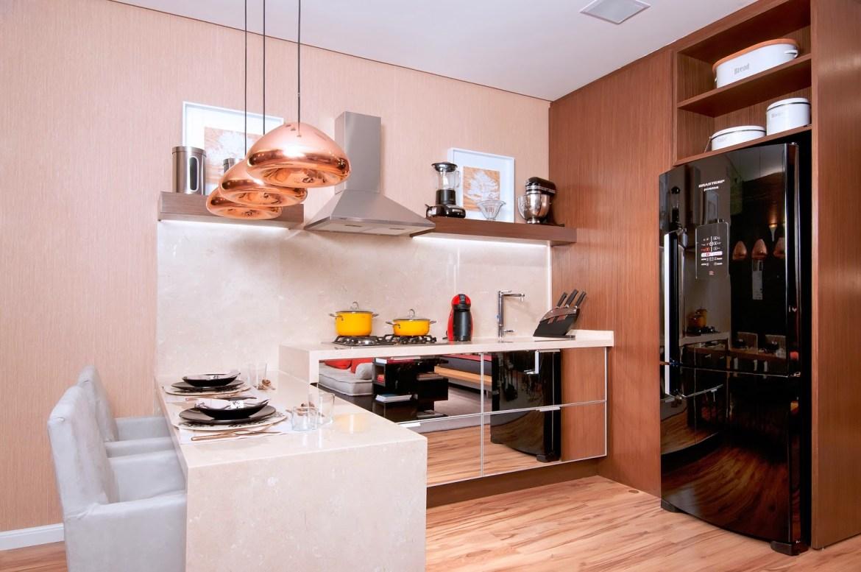 Cozinha compacta e planejada com pendentes Rose Gold