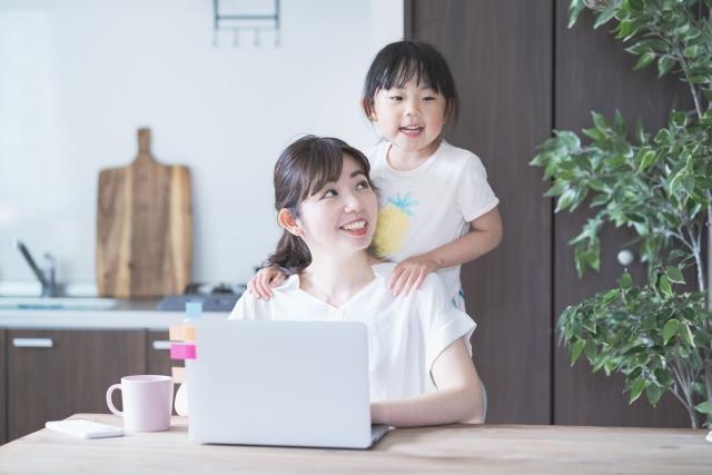 仲の良い子供と母親