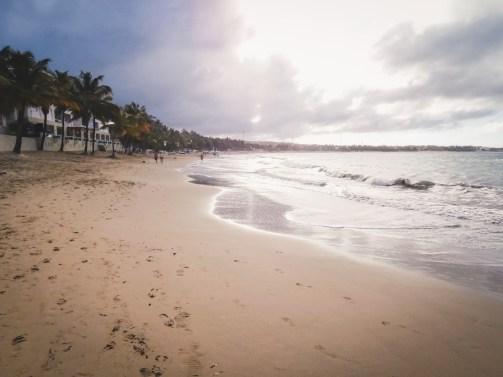 La passeggiata mattutina lungo la spiaggia di Cabarete