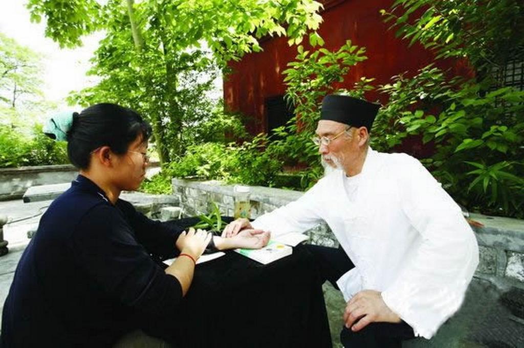 Photographie d'un médecin taoïsten prenant les pouls d'un patient.