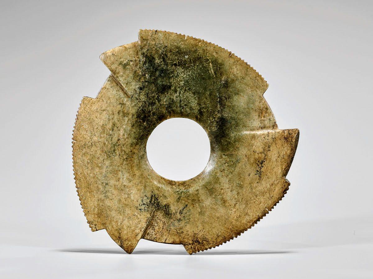 Grand disque de jade encoché de la dynastie Shang chinoise