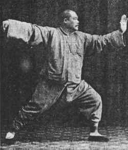 Le maître de Tai Chi Yang Chengfu présente le fouet simple .