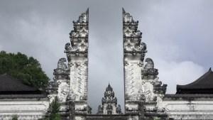 La porte fendue du candi bentar marquant l'entrée du sanctuaire le plus extérieur ( jaba pisan ) de Pura Lempuyang Luhur.