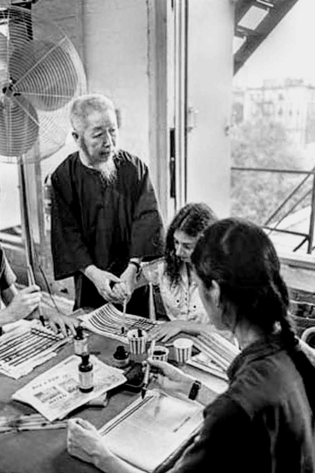 Le professeur Cheng Man Ching enseignant la méthode de dessin de trait vertical et horizontal à la New York Shr Jung School.