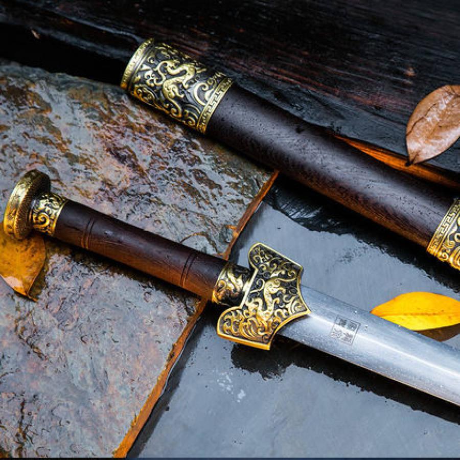 Pommeau d'épée gravé d'un dragon de bon augure, création de Guo Jiaxing