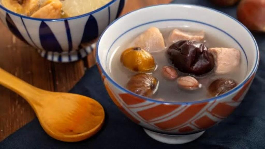 Soupe de pattes de poulet à la viande maigre et aux marrons