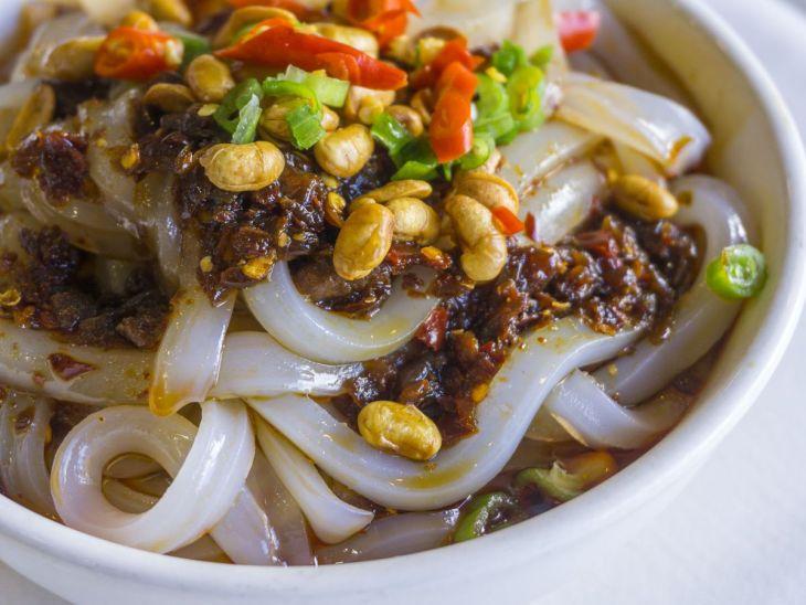 Nouilles à la gelée de haricots mungo avec une sauce chili au goût de Chengdu