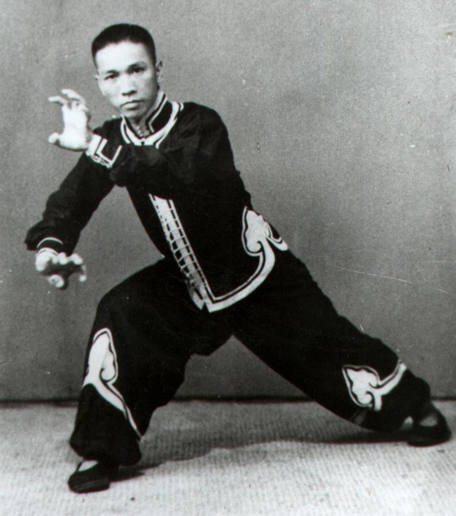 Le grand grand maître Li Yong Tian montre la posture du tigre Hung Gar