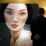 Les visiteurs apprécient un tableau d'une galerie britannique à Hong Kong , le 15 mai 2014