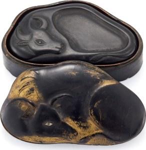Une rare pierre à encre en laque 'buffle d'eau' avec boîte et couvercle d'origine, dynastie Qing, XVIIIe siècle