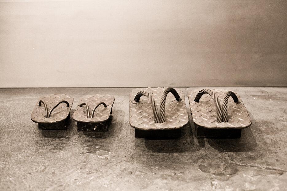 Deux paires de geta, acier plaqué diamant, câble en acier, Miya Ando