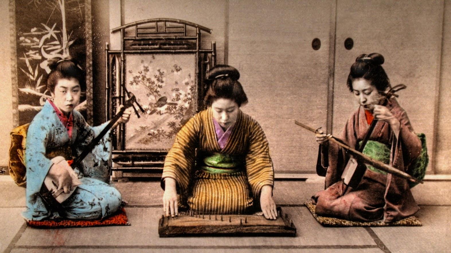 Geishas jouant sur shamisen, yōkin et kokyū aux alentours de 1900