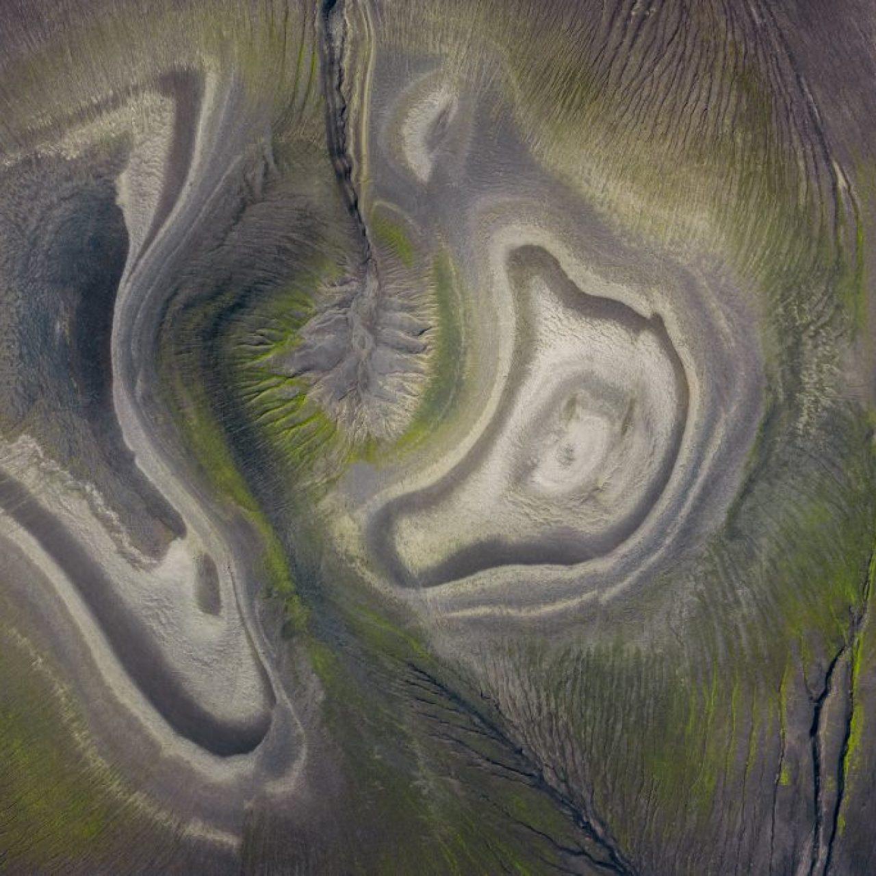 Paysage aérien incroyable dans les hautes terres islandaises, photographie de Kah-Wai Lin